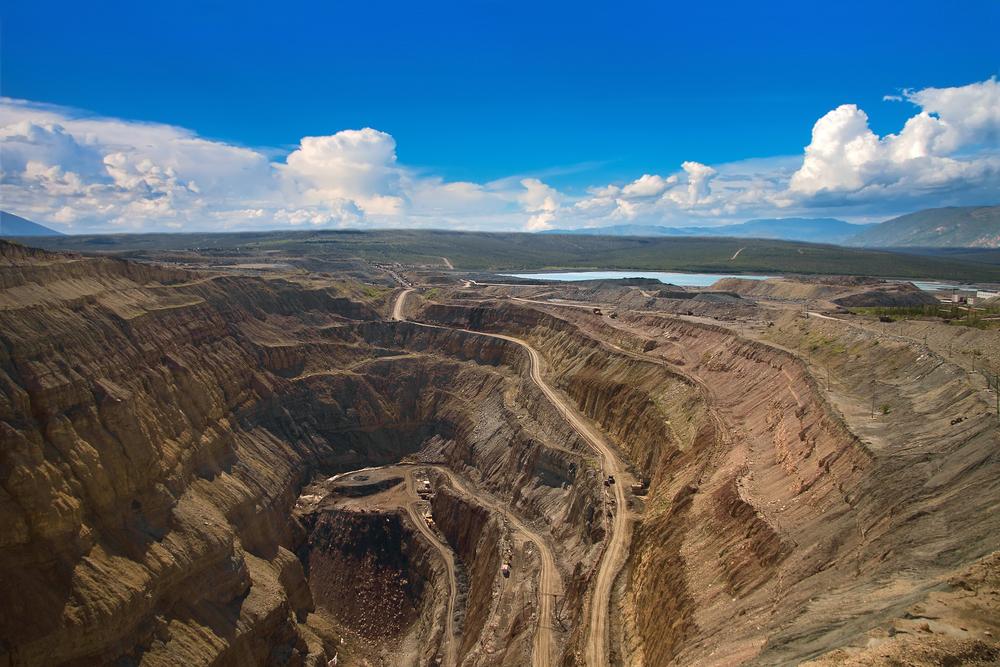 Вид с воздуха на алмазную открытую шахту в городе Айхал, Саха Якутия, север России
