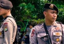 Индонезийские полицейские подняты по тревоге. Джакарта,