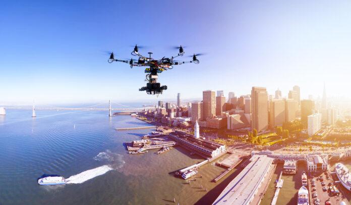 беспилотный дрон над городом
