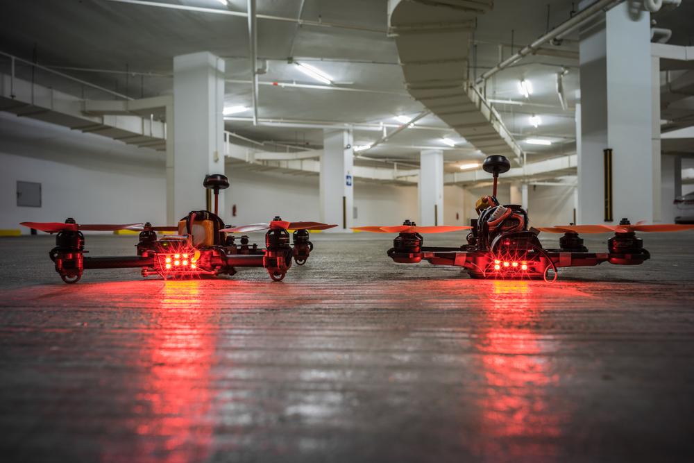 Гоночные квадрокоптеры ImmersionRC Vortex Pro и ImmersionRC vortex 285 в гараже.