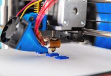 Электронный трехмерный принтер во время работы