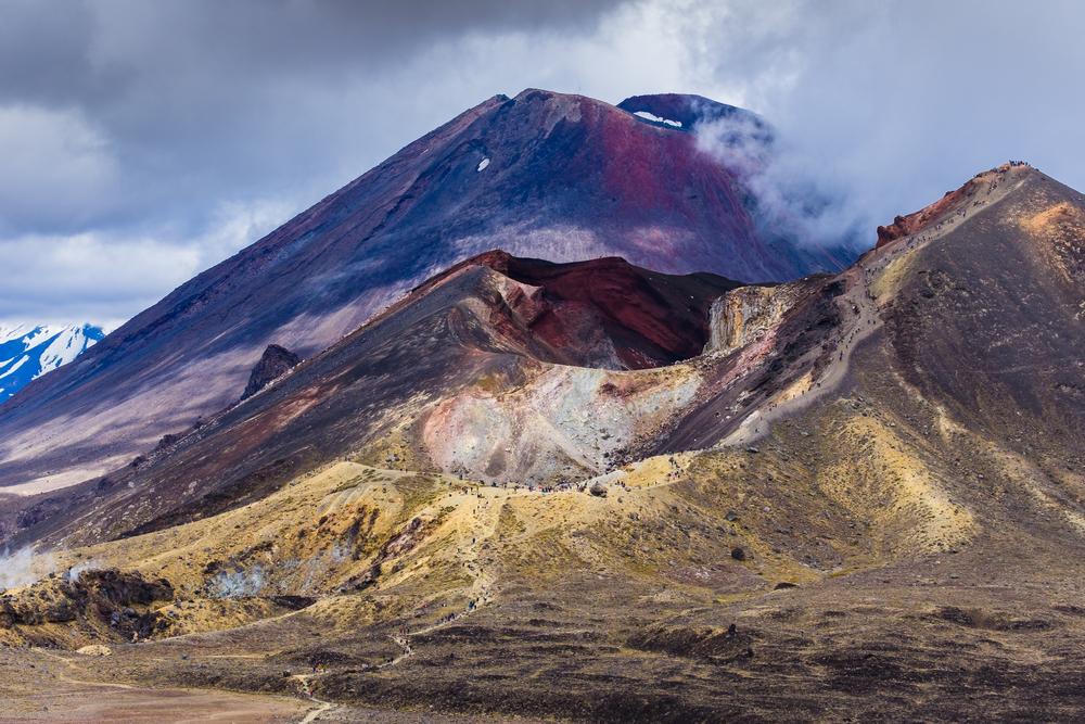 Вулканический пейзаж с красным кратером и горой Нгаурухо, национальный парк Тонгариро, Северный остров, Новая Зеландия.