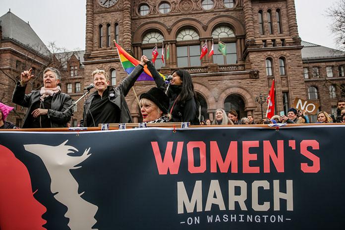 : Женский Марш Торонто в знак солидарности с Маршем Женщин в Вашингтоне, округ Колумбия.