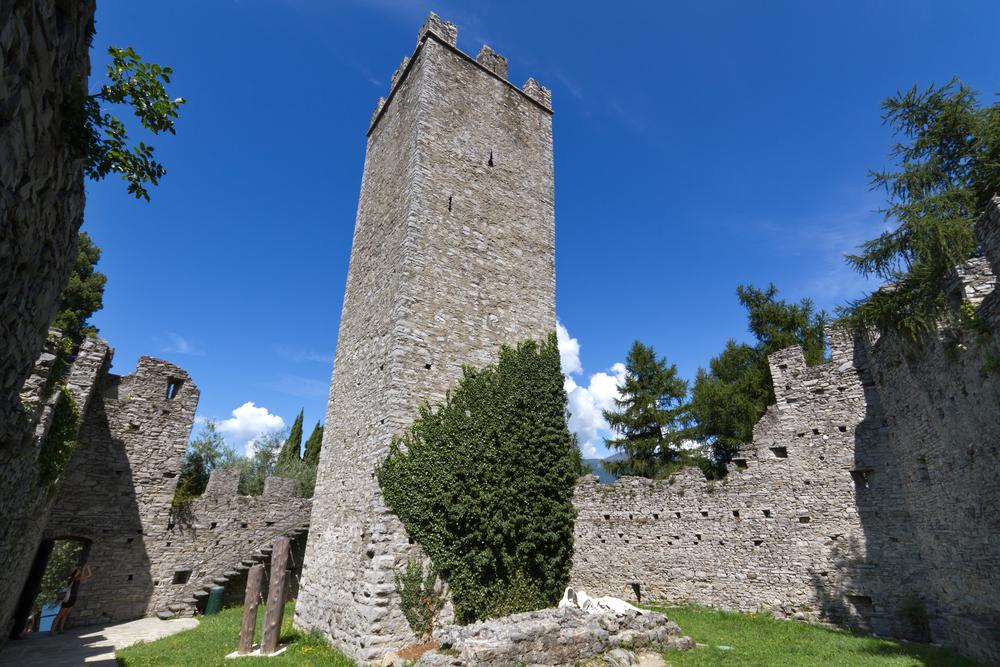 """Замок """"Castello di Vezio"""" на озере Комо, Италия"""