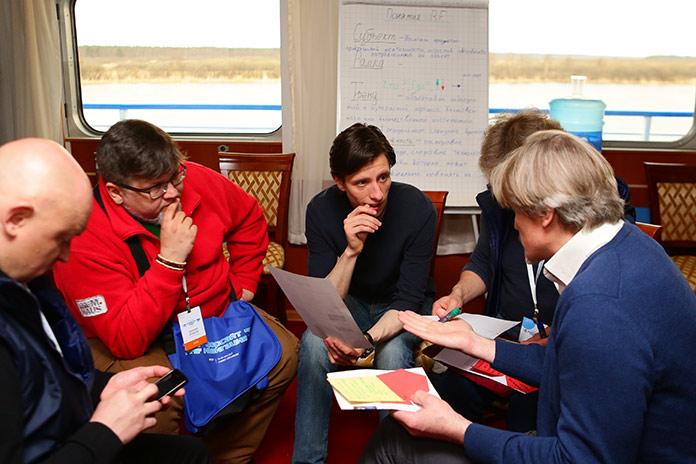 """Главный редактор """"Комсомольской правды"""" (слева) и главный редактор SciencePop, Станислав Сергеев (в центре)."""