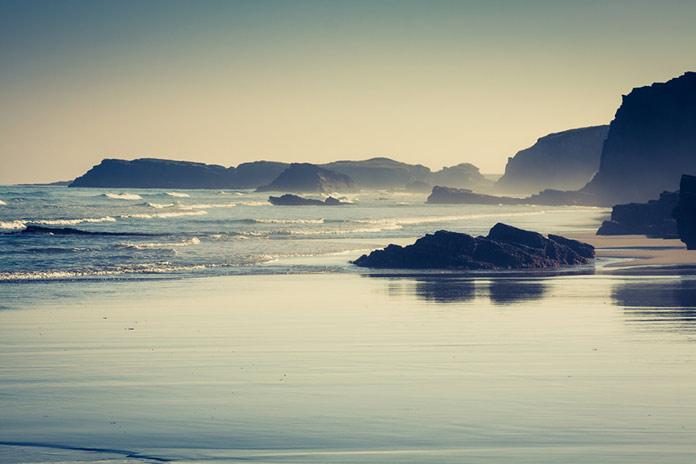 Пляж Лас-Катедралес в Галисии, Испания. Райский берег в городе Рибадео, Испания