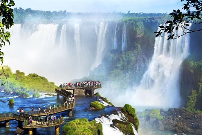 Водопады Игуасу на границе Бразилии и Аргентины.