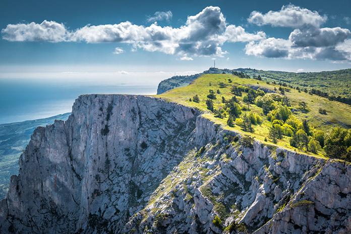 Гора Ай-Петри над Черным морем в Крыму
