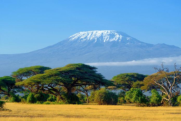 Снег на вершине горы Килиманджаро в Амбосели