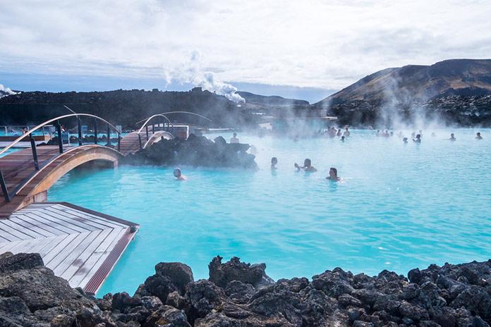 Геотермальный курорт Голубая Лагуна в Исландии.