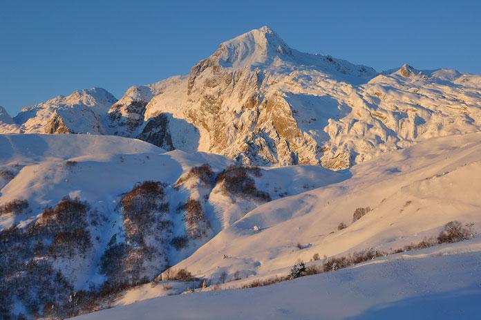 Гора Фишт в зимнее утро. Вид с северо-востока. Горы Кавказа, Адыгея,