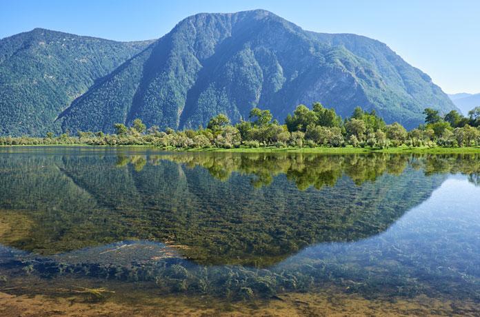Мелководный залив в южной части Телецкого озера, в устье реки Чулышман в горах Алтая.