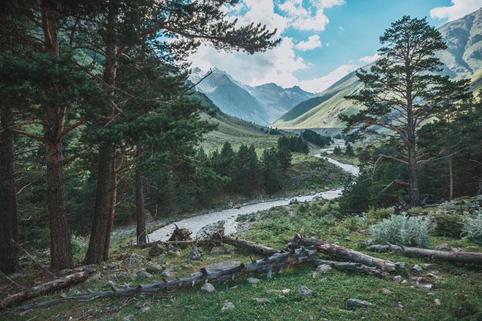 Вид на Кавказские горы рядом с горой Эльбрус.