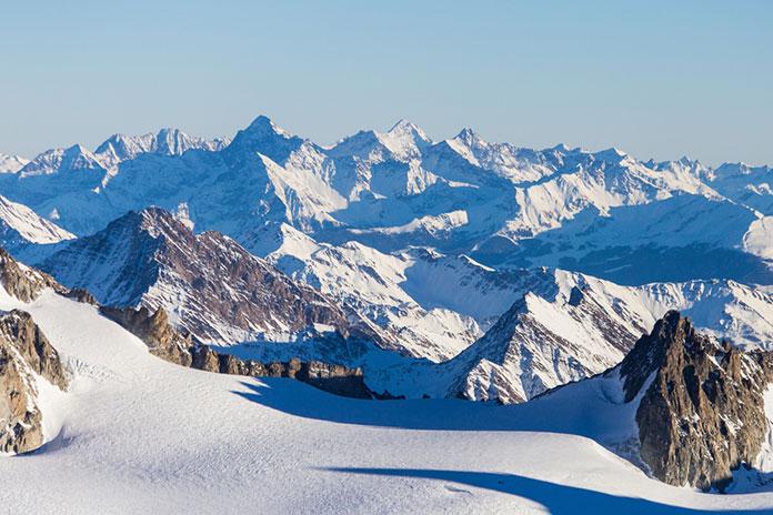 Горнолыжный курорт Шамони Монблан. Гора является самой высокой в Альпах и Европейском Союзе. Вид с Эгюий дю Миди