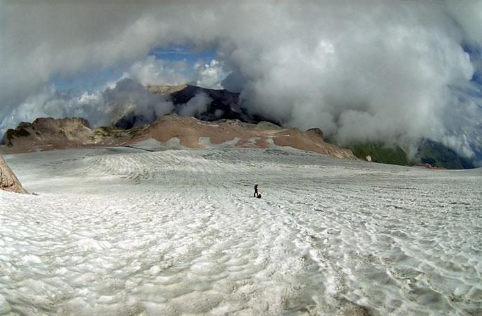 Ледник Фишт в горах Кавказа.
