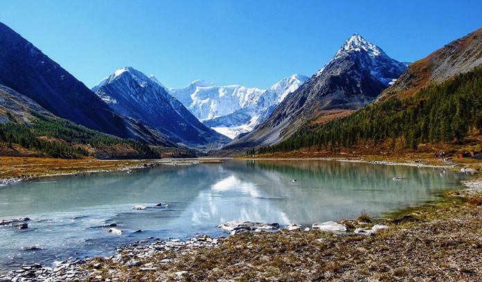 Вершина горы Белуха, на Алтае. Долина реки Аккем.