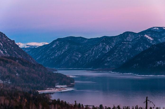 Телецкое озеро в горах Алтая.