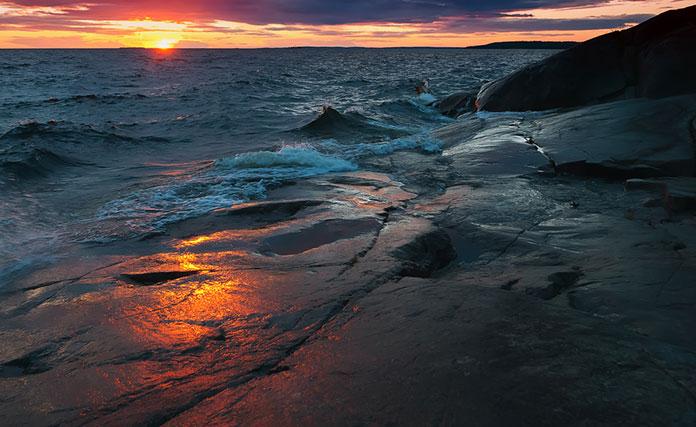 Берег Онежского озера на закате.