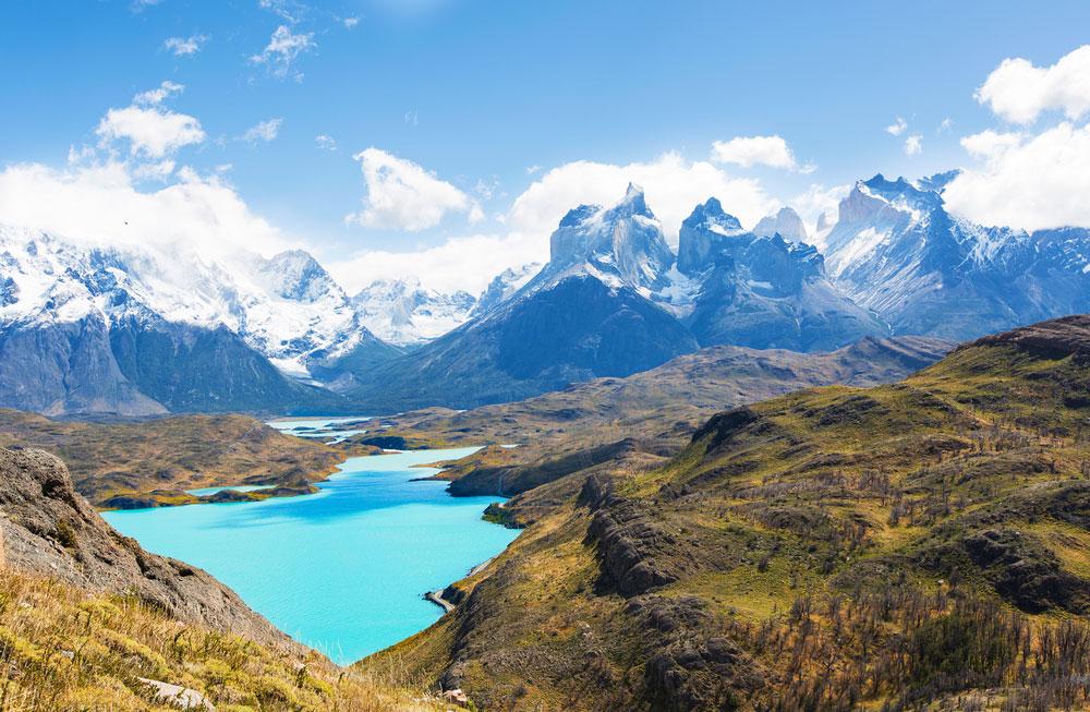 Вид с Мирадор Кондор на озеро Пеоэ и Куернос-дель-Пайне в национальном парке Торрес-дель-Пайне, Патагония, Чили