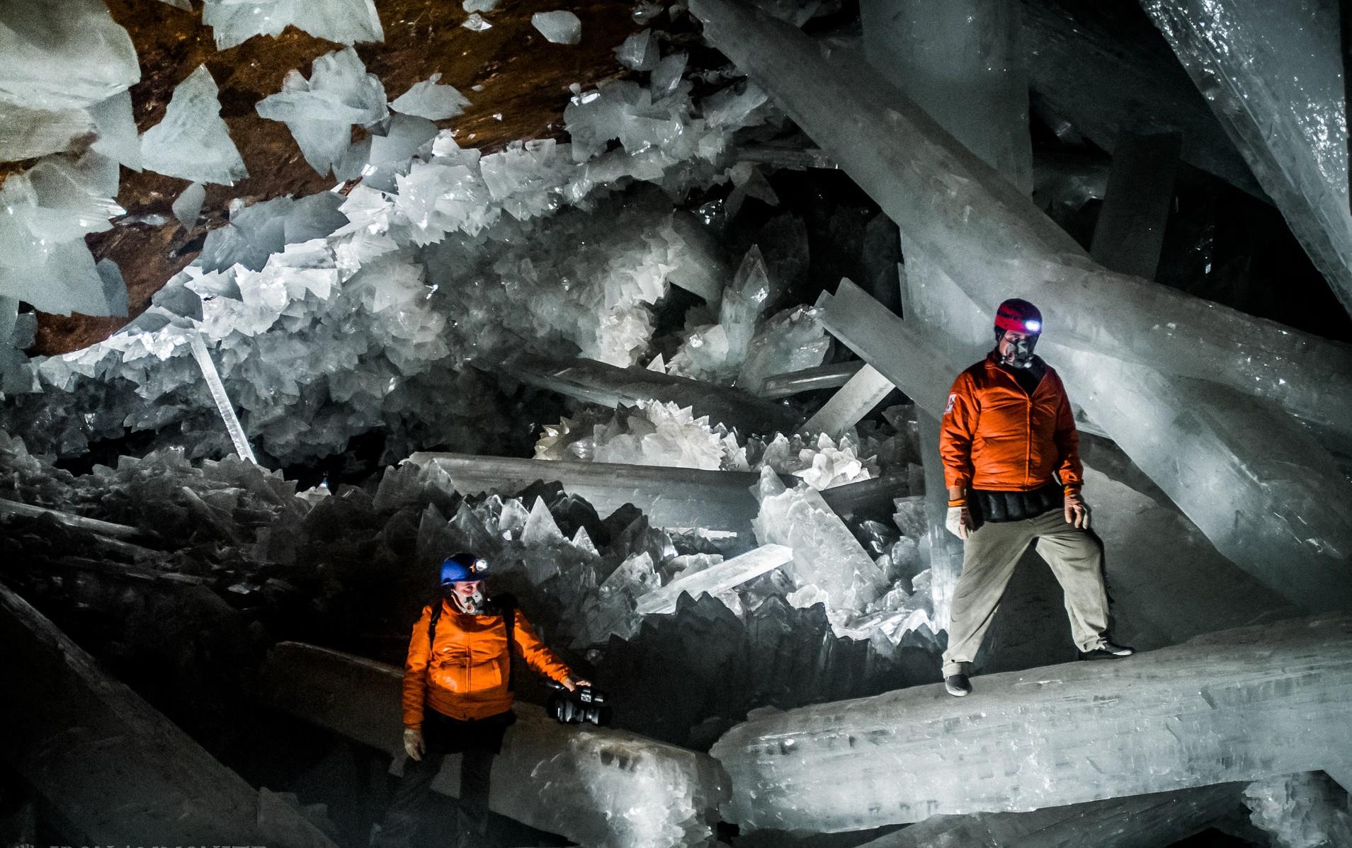 Исследователи в пещере кристаллов