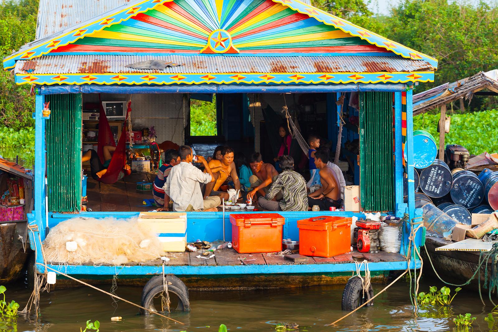 Обед рыбаков на берегу озера Тонлесап