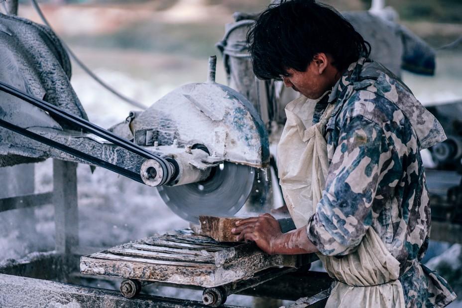Рабочий с циркулярной пилой в Непале