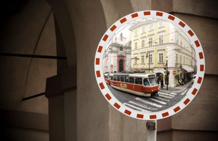 Трамвай, зеркало, отражение