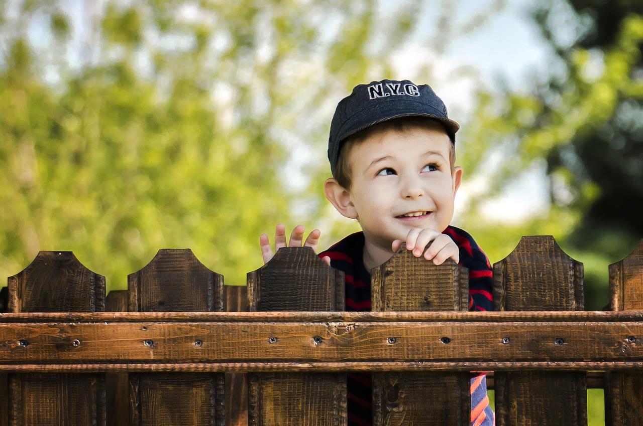 мальчик, ребенок, забор, улыбка