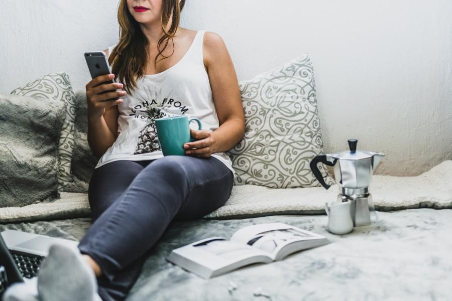 девушка, книга, кофе, телефон, прокрастинация