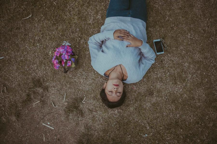 девушка, телефон, цветы