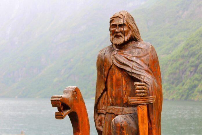 Деревянная скульптура на Нерёй-фьорде