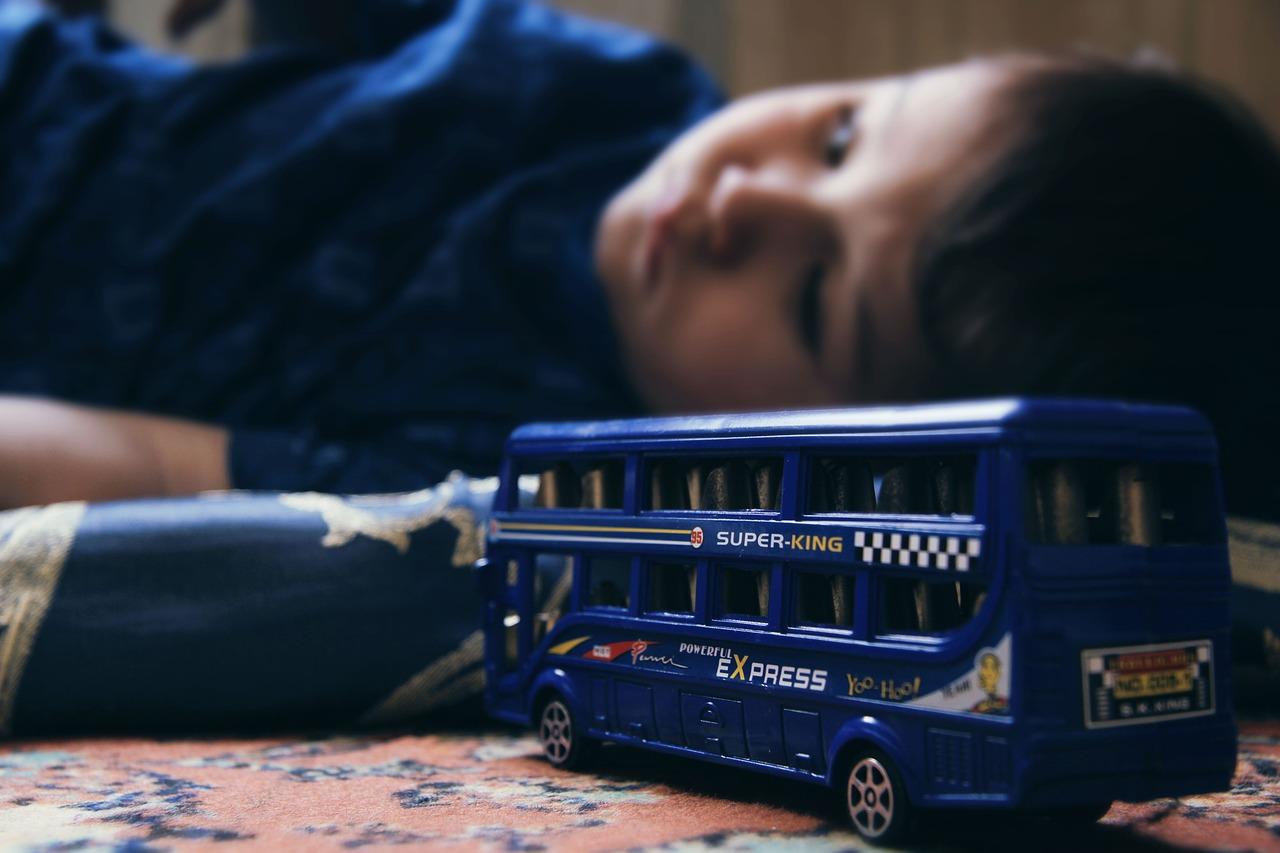 Ребенок, игрушка, автобус, грустный
