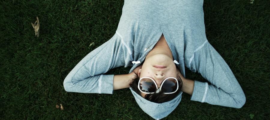 девушка, очки, лежит, трава