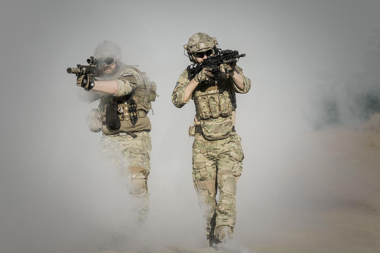солдаты, дым, пустыня