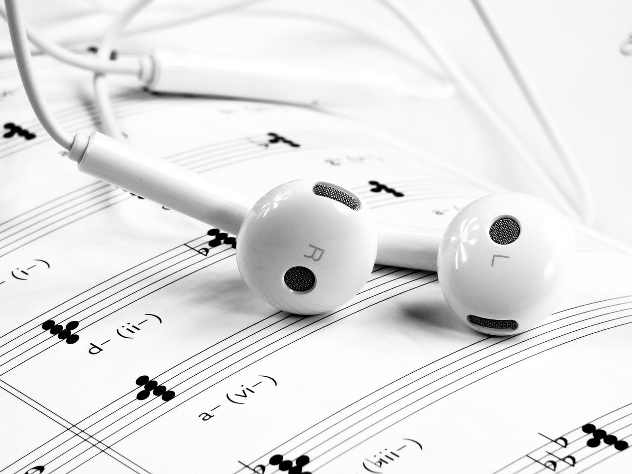 ноты, наушники, музыка