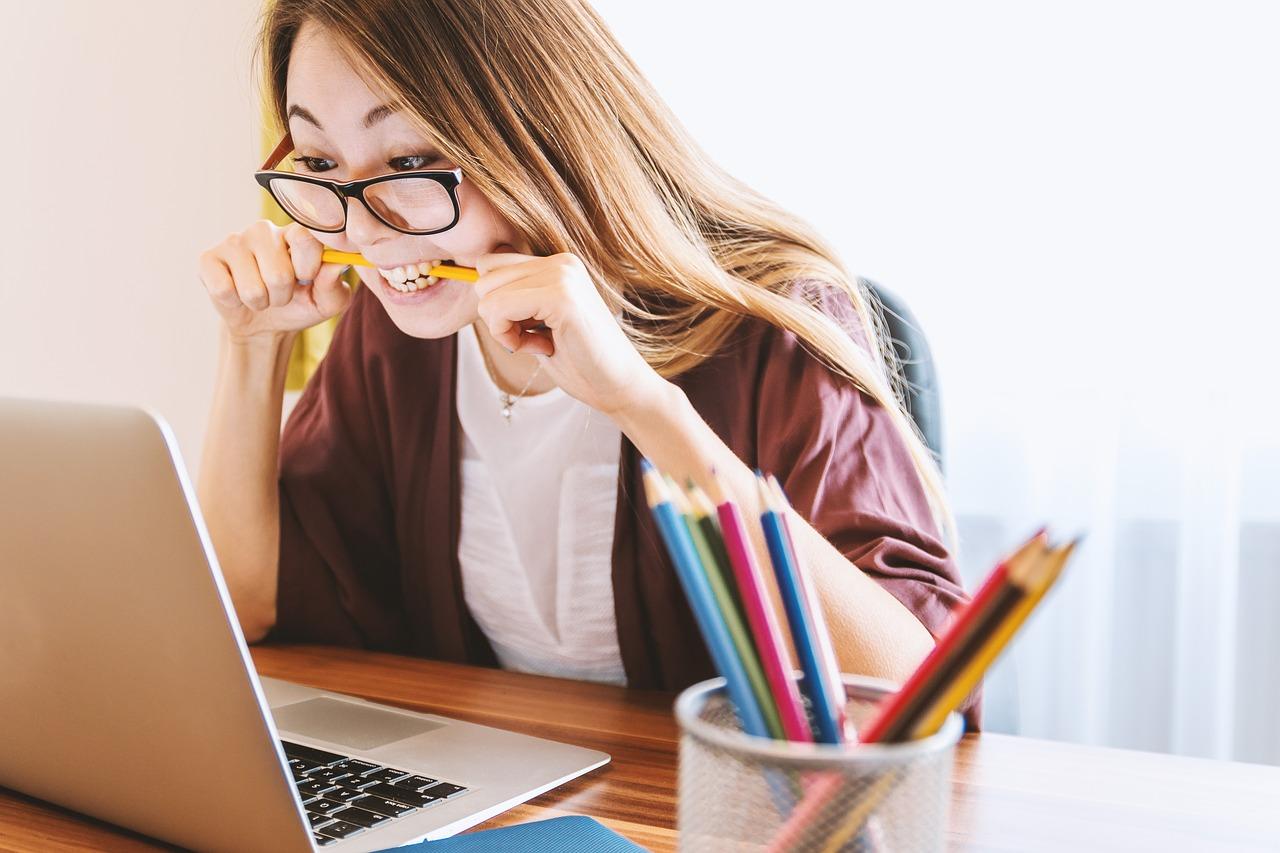 Исследование, девушка, ноутбук