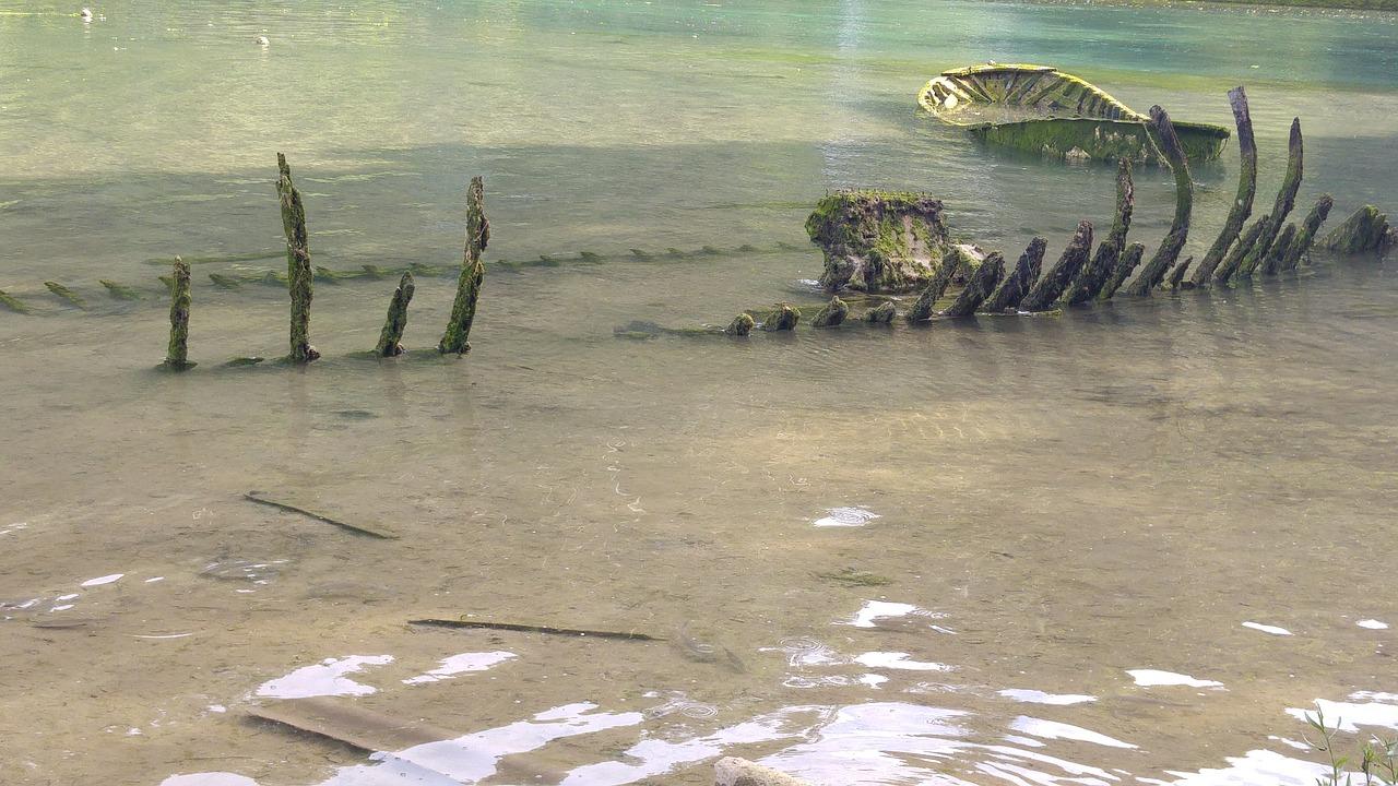 остов корабля на берегу после кораблекрушения