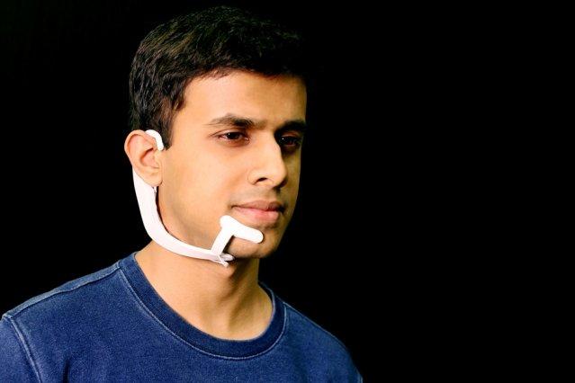 Арнав Капур, исследователь группы Fluid Interfaces в MIT Media Lab, демонстрирует проект AlterEgo.