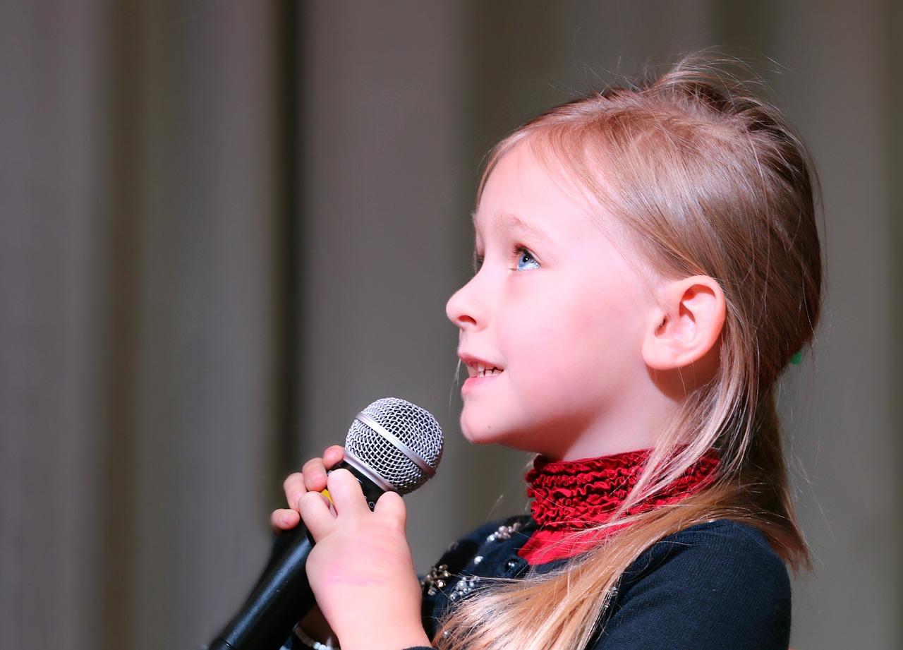 девочка с микрофоном