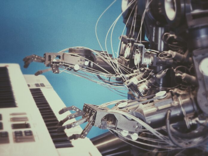 робот играет на пианино