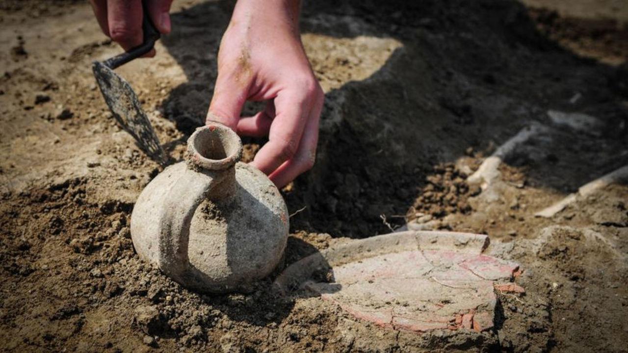 Раскопки глиняного кувшина